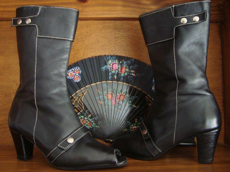 BOTAS NEGRAS N° 38. 100% Cuero  Color: negro  Alto de caña: 25 cm  Alto del taco: 7 cm  Taco forrado en cuero, tapitas y media suela de goma en excelente estado.