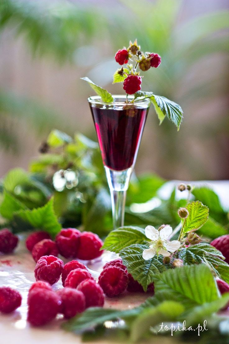 Raspberry Liqueur - Topik. 1 kg of raspberries, 15 grams of powdered sugar, 1 liter of 45% vodka (obtained from spirits), zest of 1 lime.