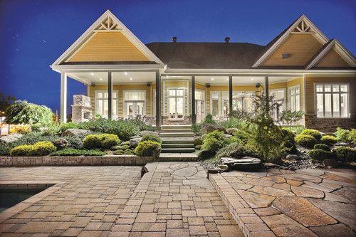 Majestueuse propriete Du Royal Bromont avec plafond de 12 pi, 6 chambres, 4 salles de bains, un vrai cin/ma maison et garage triple. Visite 360 disponible! CHIC ET RAFFINEE!