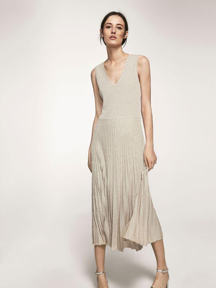 Vestido de punto con detalle de bajo plisado. Corte evasé, cuello pico y sin mangas. El largo de la prenda en la talla M es de 124 cm.
