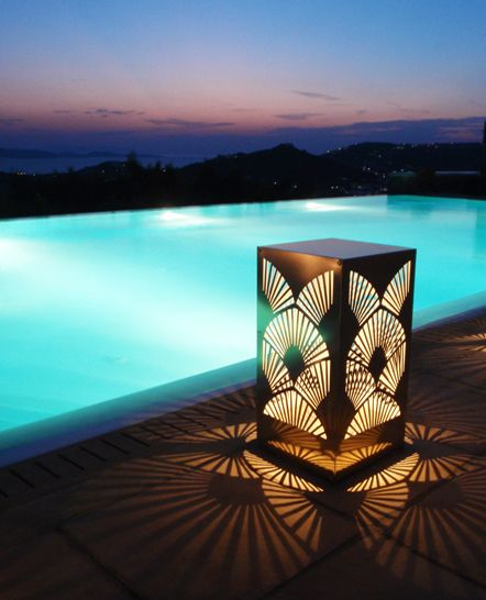 Art deco χρυσό μεταλλικό διακοσμητικό φωτιστικό πισίνας με μπαταρία. Σχεδιάστηκε και κατασκευάστηκε για ιδιωτική εκδήλωση. Δείτε περισσότερα έργα μας στο http://www.artease.gr/interior-design/emporikoi-xoroi/