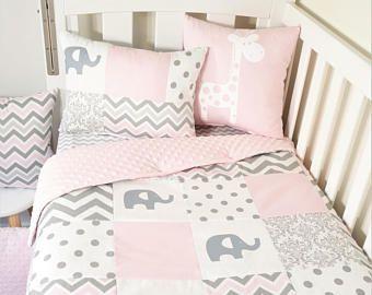 Vivero del edredón de remiendo - elefantes rosados y grises suaves (tela rosa forro minky en el edredón)