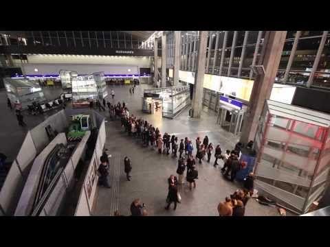 Il lancio di Bezbarwny Tsukuru Tazaki i lata jego pielgrzymstwa in cinque stazioni polacche, attrezzate con macchine automatiche che vendono soloil nuovo romanzo di Murakami. ▶ Haruki Murakami - Premiera - YouTube