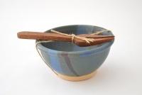 Set de pocillo elaborado en cerámica con hermoso trabajo de esmaltes semiopacos en tonos azules. Lo complementa un precioso mini tenedor tallado a mano en madera de roble. Diseño exclusivo. Medidas: 6,5 cm de altura x 12 cm diámetro