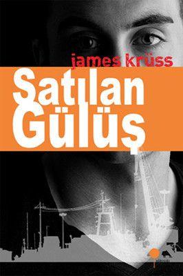 James Krüss Satılan Gülüş Gülmek özgürlüktür! Şair, yazar James Krüss'ün klasikleşen ünlü romanı, her şeyin alınıp satıldığı bir dünyada insani değerlerin önemini tartışıyor. Kısa öyküleri ve şiirleriyle de tanınan Krüss, okurunu farklı coğrafyalarda heyecanlı bir maceraya sürüklerken, arka planda günümüz toplumuna ve kapitalizme yönelik köklü eleştiriler getiriyor. İkinci Dünya Savaşı sonrasında Avrupa'da kapitalizmin yükselişini romanına ustalıkla yerleştiren Krüss, Şeytan'la anlaşma…