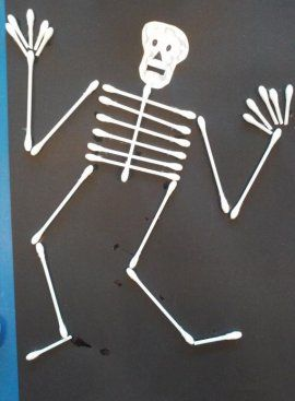 Skelet met wattenstaafjes