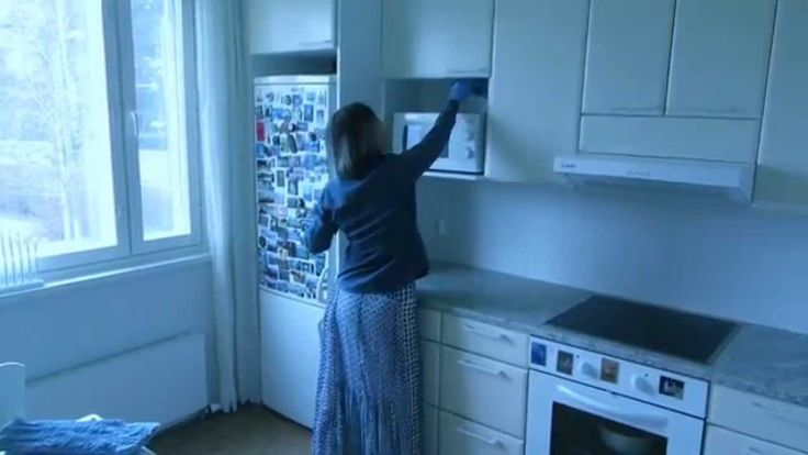 на видео мою шкафы на кухне за 2 минуты раз в неделю, и кухня всегда чистая. Как это делаю, не прыгая по табуреткам? С помощью насадки для окон, которую прикрепляю на палку для швабры.
