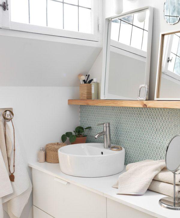 Salle de bain blanche avec détails bois