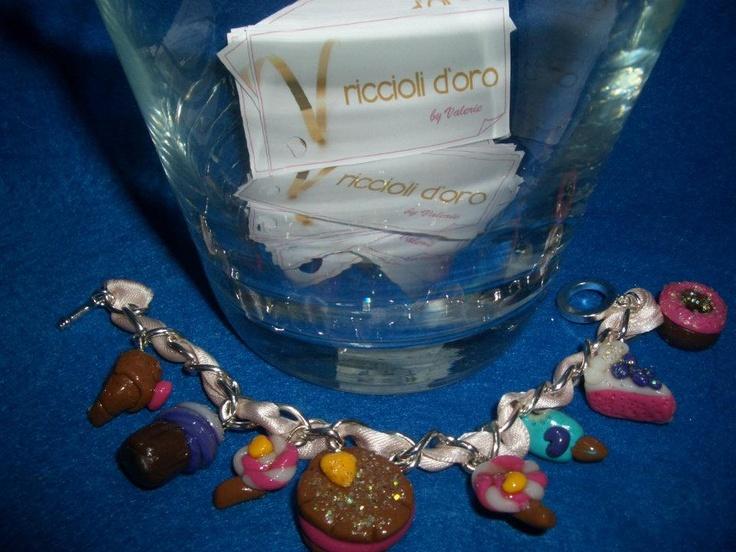 Bracciale modello Tiffany in argento anallergico, intrecciato nastro rosa di raso. Ciondoli dolcetti