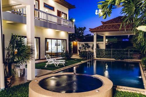 Avoca Pool Villas - L'Avoca Pool Villas vous accueille au sud de Pattaya, à un peu moins de 2 km de la Walking Street. Cet établissement possède une piscine extérieure et un bain à remous. Il vous propose des hébergements climatisés et dotés d'une baignoire spa. Adresse Avoca Pool Villas: 389/68, Soi 5, Phratumnak Road 20150 Pattaya South