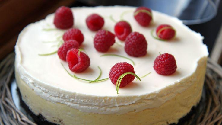 Når nasjonaldagen skal feires tar vi fram våre beste kakeoppskrifter. Bløtkake, ostekake og pavlova kan pyntes med bær i rødt og blått. Kremen får stå for det hvite. Vi har heller ikke glemt oppskrifter på kransekake, sjokoladekake eller iskrem.
