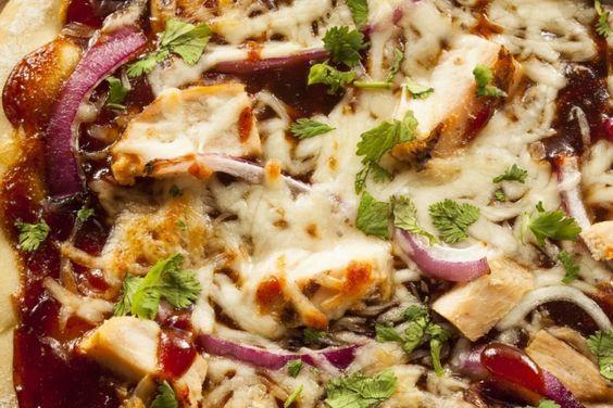 Pizza maison...sauce barbecue, poulet et bacon Ingrédients 1 poitrine de poulet désossé, cuit et déchiqueté 3 tranches de bacon, cuit et haché 1/4 tasse de sauce barbecue 1 / 2 tasse d'oignon rouge, tranché finement 1 tasse de fromage mozzarella, râpé 1 tasse jack Monterrey fromage râpé persil frais