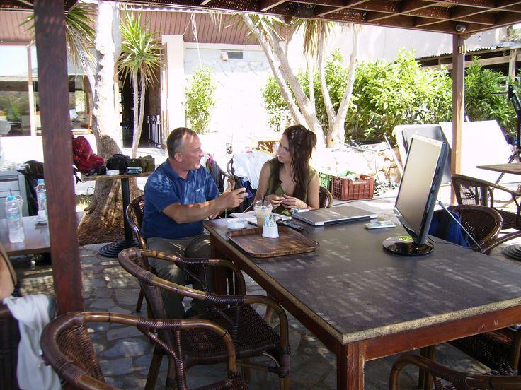 Ο σκηνοθέτης με την πρωταγωνίστρια του tv spot για το βιβλίο ΜΕ ΛΕΝΕ ΝΤΑΤΑ, τη Μαίρη