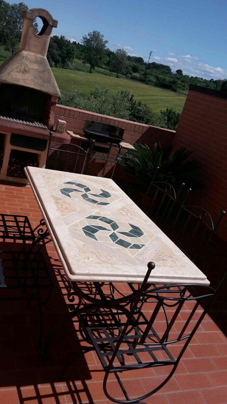 Tavolino a mosaico in pietra con base e sedie in ferro for Tavoli da terrazzo