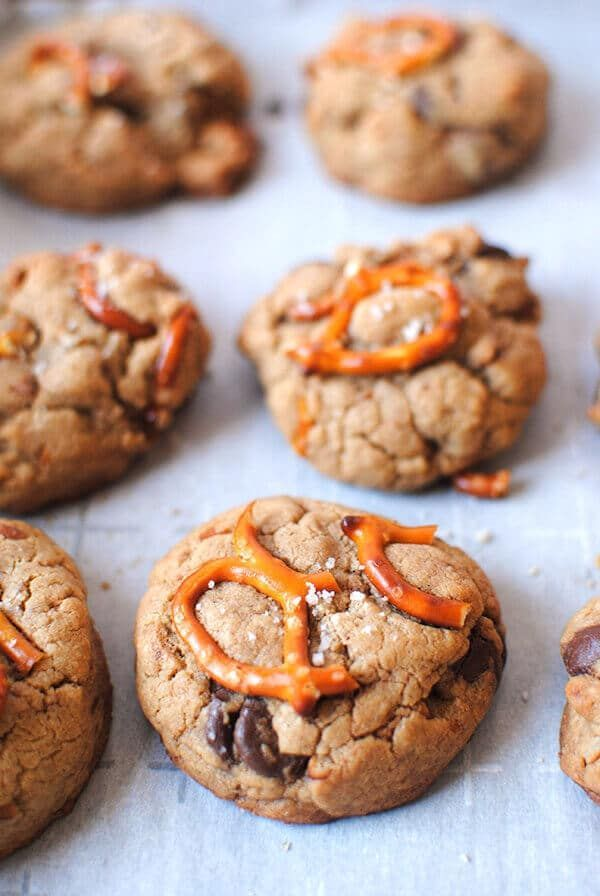 Peanut Butter Pretzel Cookies #letseatcake #cookies #easycookies #cookierrecipes #peanutbutterandchocolate #peanutbuttercookies #peanutbutterchocolate #peanutbutter #peanutbutterpretzel #pretzelcookies #holidaycookierecipes #food #foodrecipes #foodideas #fooddrink #foodrecipes #yummyrecipes #deliciousfood #diyfood #desserts #dessertrecipes #easyrecipes #allrecipes #buzzfeed #partycity #partyfoodideas #kidfriendly #kidfriendlyrecipe #kidfriendlyfood
