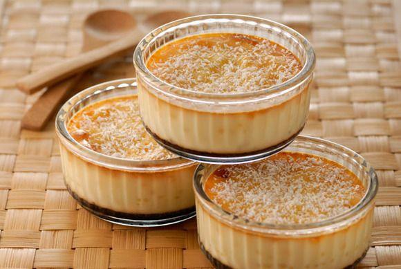 Tarta rápida. La puedes servir en porciones individuales sin quitarlo del molde 3 huevos 1 vaso de azúcar 2 vasos de leche 13 galletas María Caramelo líquido (para el molde) Ponemos todo en un bol y batimos, caramelizamos cada molde y 13 minutos en el micro
