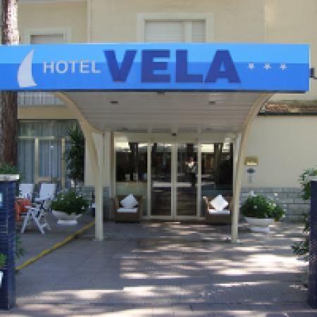 Posizionato direttamente sul lungomare di Milano Marittima, l'Hotel Vela offre un parcheggio gratuito, una piscina all'aperto con angolo idromassaggio, un servizio gratuito di noleggio biciclette e camere provviste di un balcone.