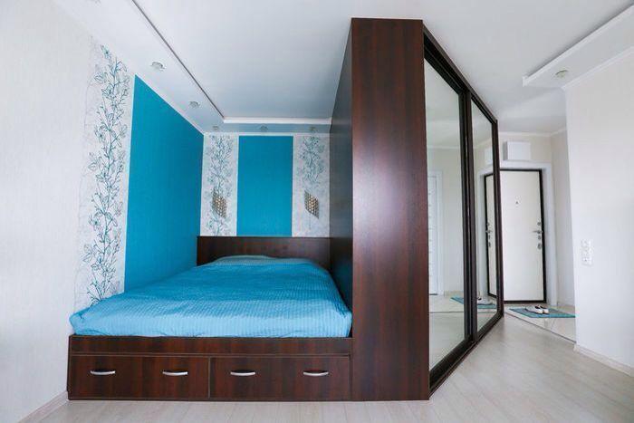 Шкаф отделяет кровать