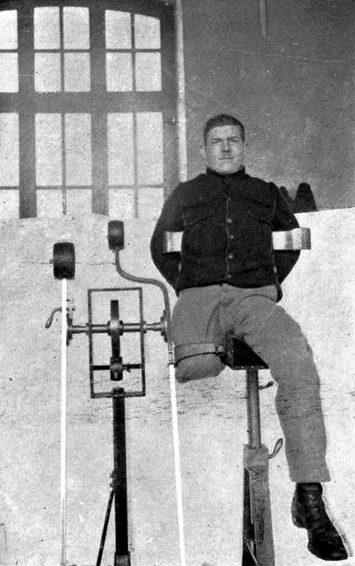 Amputé de la cuisse à l'appareil de mécanothérapie. L'hôpital Anglo-Belge à Rouen. Médecins de la Grande Guerre - Album photos.