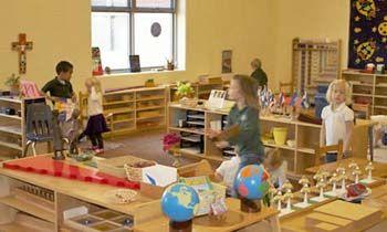 Casa dei bambini Montessori: perchè sceglierla - La casa dei bambini Montessori è una casa nella scuola, un ambiente di vita, un contesto di lavoro e di libertà.  Attentamente organizzata, crea uno spazio accogliente, luminoso che richiama nel bambino un'atmosfera familiare