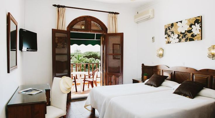 La Codorniz Tarifa Set at the foot of Alcornocales Park, this stylish and tasteful hotel is located only 5 km from Tarifa and near the main beaches where you can enjoy kite flying and windsurfing.