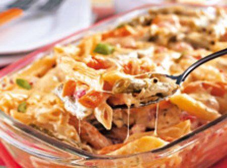 Receita de Macarrão de forno fácil - 150 g de mussarela ralada grosso, 100 g de queijo tipo Minas ralado grosso, 5 colheres (sopa) de maionese, 2 tomates sem pele e sem sementes picados, Sal e orégano a gosto, 500 g de massa curta cozida al dente