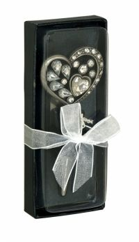 Sil Silver Gem Heart Bottle Stopper A pretty and decorative heart shaped bottle stopper decorated with gems.