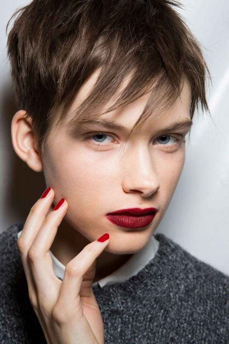 <p> <b>Rosso mat</b> </p> <p> Il rossetto rosso scuro dà un tocco femminile e sexy al look maschile di <i>Max Mara</i>. Per completare il tocco di femminilità, stendi sulle unghie uno smalto rosso intenso. </p>