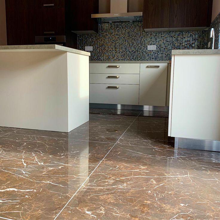 Réalisation d'appartements à Houdeng-Goegnies. Une cuisine avec sol 120x120 effet marbre de ...