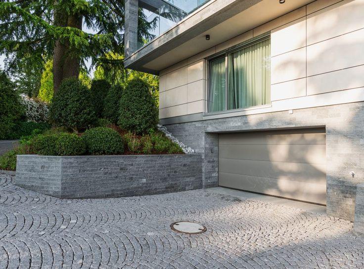 Natursteinmauer und Fassade mit dem gleichen Naturstein