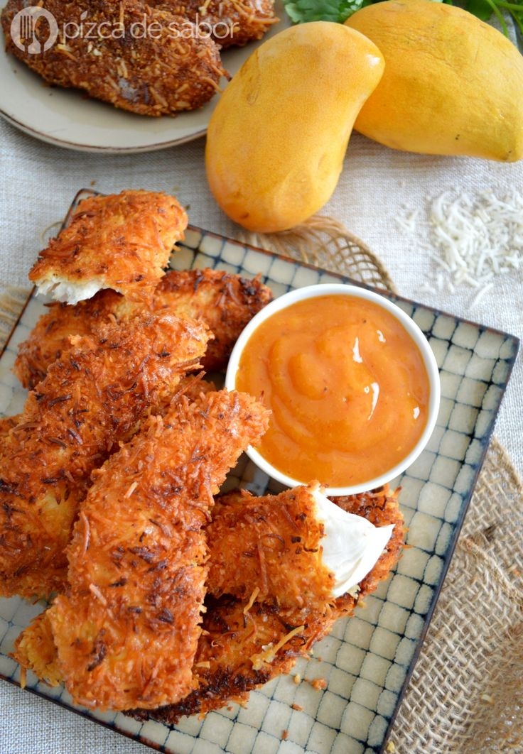 Aprende a cocinar un delicioso pollo al coco (empanizado) que se acompaña con salsa de mango y chipotle. Muy fácil de preparar y además queda riquísimo!