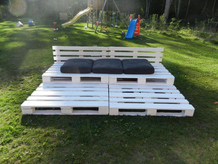 Pallet bleachers in the garden are perfect for movie night!