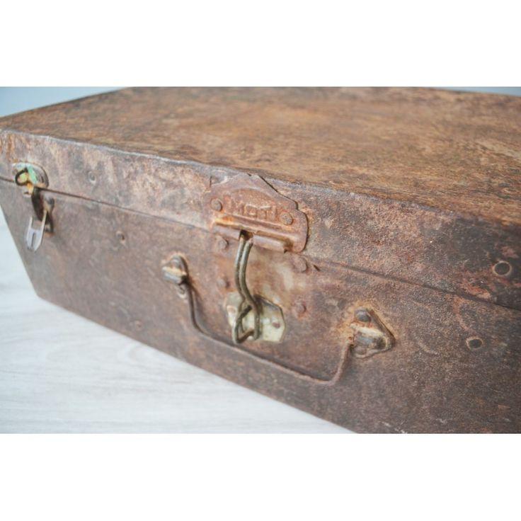 Oude #metalen koffer met roest #vintage #koffer #interieur #kist