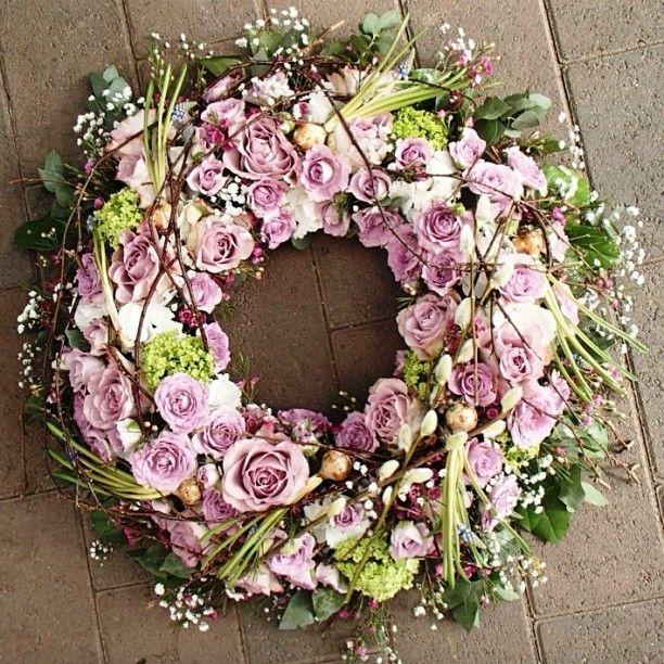 Krans med løk #rosa #vårlig #blomsterdekoratør #blomster #roser #sorgbinderi