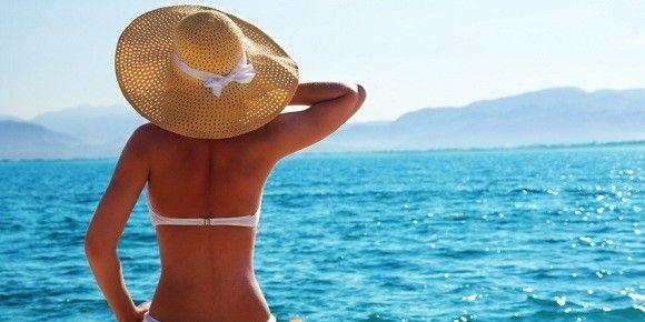 Egy kalap nemcsak divatos tudd lenni a parton, hanem megvéd a napszúrástól is!