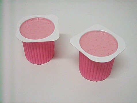 Necesitamos    bloghogar.com      350 gramos de fresas maduras   50 gramos de azúcar   500 gramos de nata 35% de materia grasa   200 gra...
