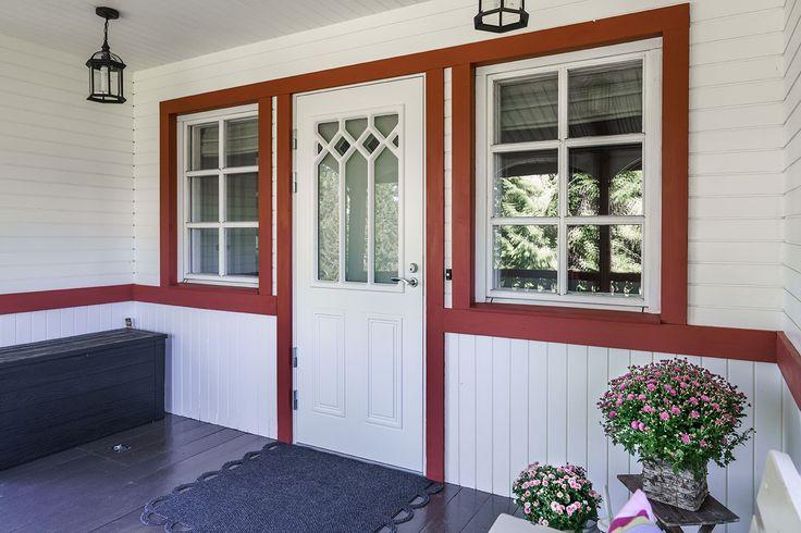 JELD-WENin Classic-ulko-ovi C1881 W48. Ovessa on dekor-lasitus ja ovi on kuvioitu molemmin puolin.