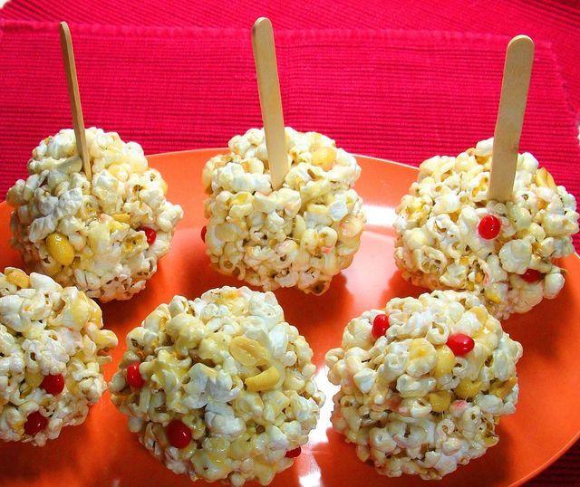 Divertido refrigerio para un día festivo o fiesta para niños, estas bolitas de maíz y cacahuate son muy fáciles de elaborar.