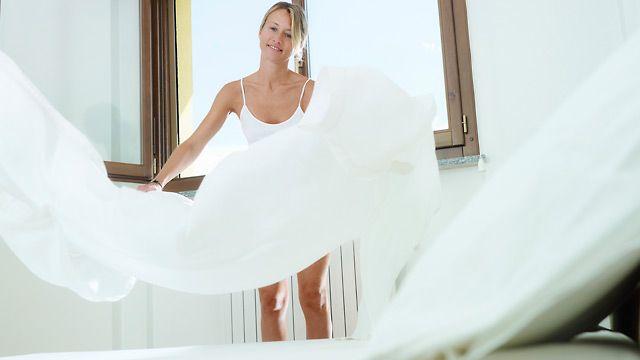 Regelmäßiges Lüften im Schlafzimmer hilft gegen Milben. (Quelle: Thinkstock by Getty-Images)