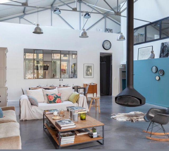 Un ancien garage automobile réhabilité en immense loft familial cest un pari réussi pour ces décorateurs qui on su garder lâme industrielle du lieu
