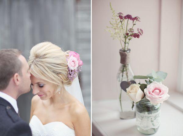 A Pastel Pink and Romantic Homemade Wedding auf   http://www.lovemydress.net  wieder zauberhafte vasen mit duftigen pastellfarbenen blüten