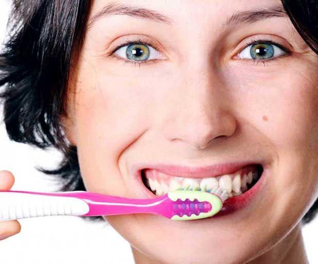 Diş Lekelerine Bitkisel Çözümler Güzel bir gülüşün en önemli püf noktası temiz ve beyaz dişlerdir. Gündelik hayatta tükettiğimiz çay,kahve,kola gibi besinler ve sigara gibi zararlı alışkanlıklar dişlerde koyu lekelere sebep olmaktadır. Dişlerdeki istenmeyen siyah lekelerin temizlenmesi için evde uygulanabilecek bazı doğal yöntemler ve ayrıca diş hekimlerinin laboratuarlarında uygulanabilecek teknolojik imkanlar mevcuttur.