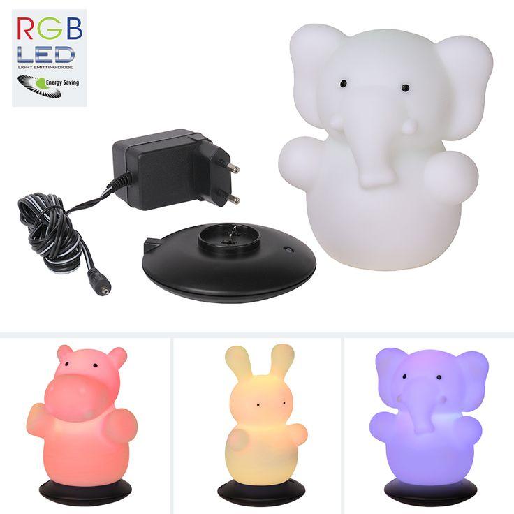 RGB LED Bord- og Nattlampe - Dette er en smart, liten, oppladbar RGB LED-lampe som kan fungere både som en bordlampe, en leke og en nattlampe som vil hjelpe barn som er redde for å skru av lyset på natten. Lampen vil gi et dempet lys i rommet, nok til at det ikke er så skummelt lengre. Den er produsert av PVC og kommer i utførelse som en elefant, kanin og flodhest. Lampen kan skrues på til å veksle mellom rød, grønn og blå, eller å stilles inn på en av fargene. Ladebase og AC-adapter…