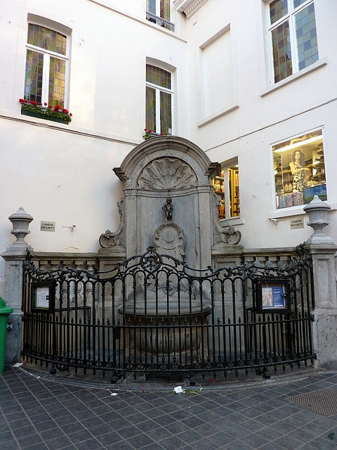 manneken pis, brussels, belgië.  legendary statue, 1 of the most popular sights.  they dress him for all the holidays.  you can drink wine directly from him.