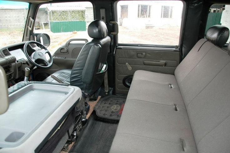 Mega Cruiser Russia - внедорожник из ГАЗ-66- Интерьер для Mega Cruiser Russia также достался от грузовика Isuzu Elf, но был слегка доработан. Руль, например, был позаимствован от легкового автомобиля Honda. Спереди сдвоенное пассажирское сиденье от HiAce, которое даже способно крутиться и складываться в столик. Ну а сзади легко хватит места на четверых человек.