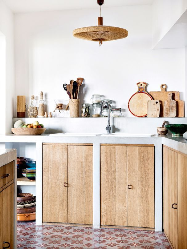 Ingrédients bruts dans la maison bohème de la créatrice de Sessùn - A kitchen made of natural materials in Designer Sessùn's home | #cuisine #bois #naturel #kitchen #natural #wood
