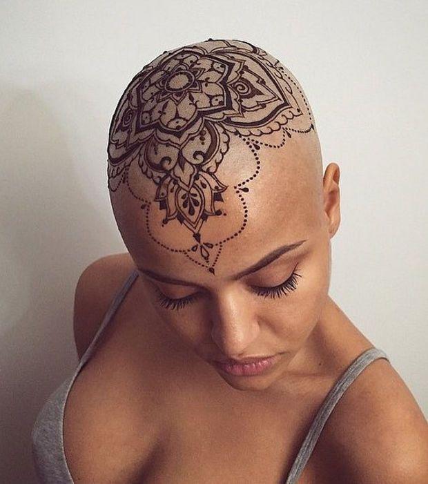 un henné sur le crâne, original et audacieux