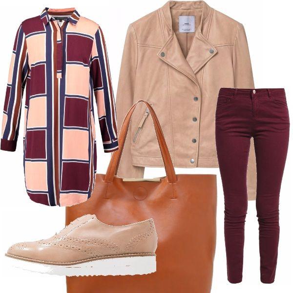 Outfit comodo ma di tendenza, pronte per tornare a lavoro; maxi camicia lunga a fantasia con quadrati pink-bordeaux-navy, pantaloni skinny in cotone prugna, blazer color cammello tipo chiodo.