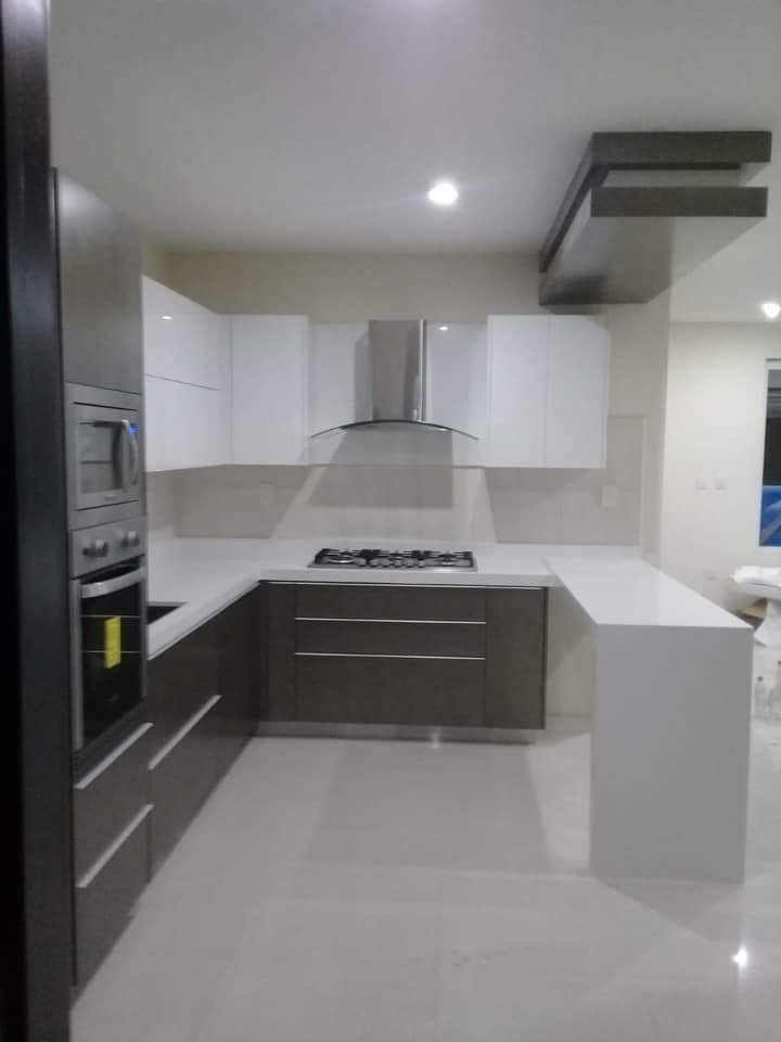 Cocina Alto Brillo Blanco Gris Metallico Cubierta Cuazo Blanco Liso Artika Marmolerias Herraje Blum Home Decor Kitchen Kitchen Cabinets