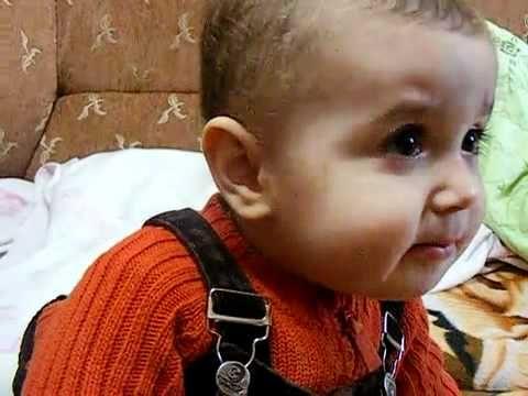 Un copil mai dulce ca mierea încearcă să imite o raţă!